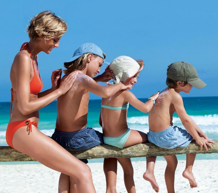 Protegete del sol en la playa con niños. Viajacontuhijo.